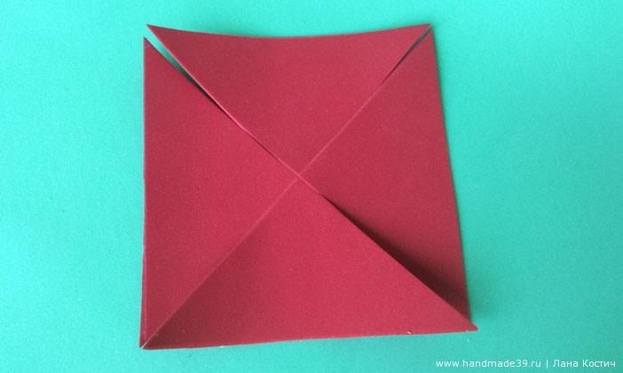 Складываем квадрат на диагональным линиям и надрезаем по ним, недоходя до центра 0,7 - 0,8 см.