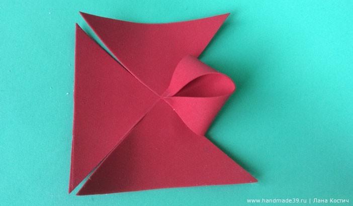 Кончики противоположных треугольников приклеиваем в центр.