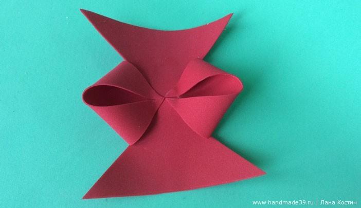 Нижний треугольник около центра отрезаем, а из верхнего вырезаем вертикальную полоску, которой оборачиваем центр.