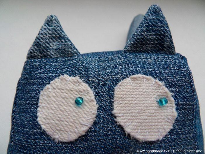 Плоские глаза из белой джинсовой ткани.