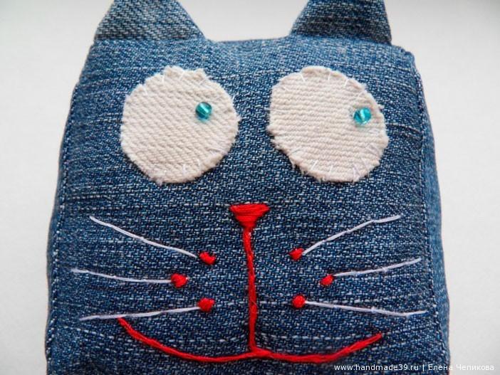 Вышивка обычной катушечной нитью.