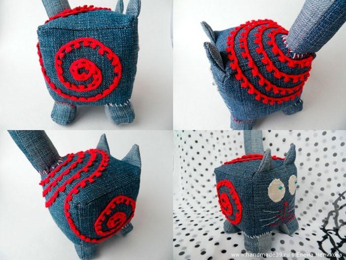 Кот «Красная линия». Декорирован тесьмой. Пришивала по настроению.