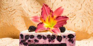 Торт с шелковицей и мармеладом