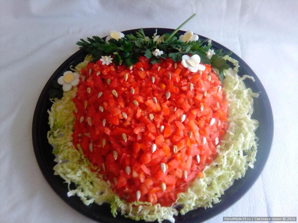 Салат Клубничка с курицей и помидорами