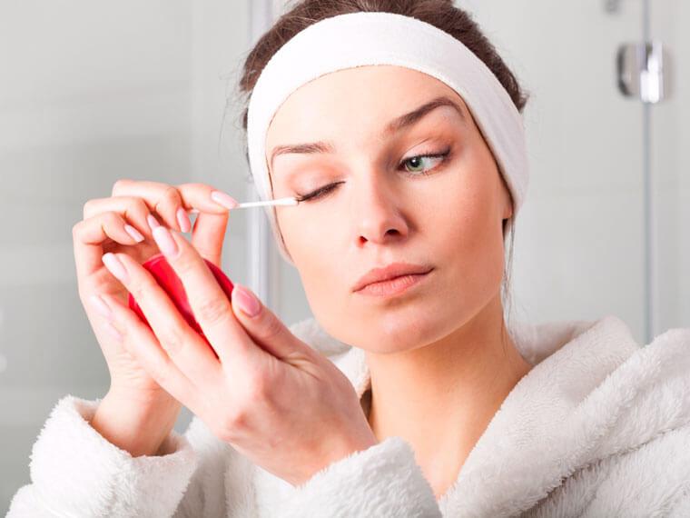 Берегите кожу: снимайте макияж сразу, как приходите домой, а не перед сном.