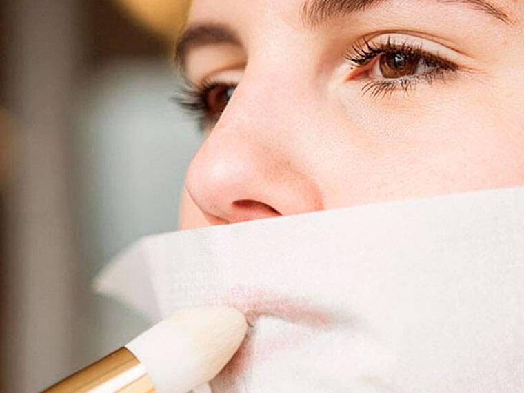 Хотите, чтобы помада держалась долго? Накрасьте губы, приложите к ним тонкую бумажную салфетку и припудрите через неё губы рассыпчатой пудрой.