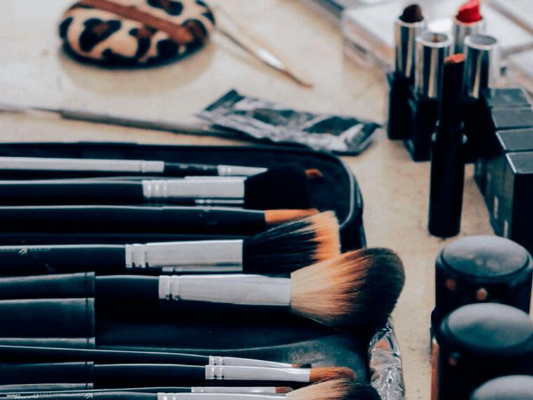 Следите за чистотой кистей для макияжа. Мойте их хотя бы раз в неделю в тёплой воде с детским шампунем.