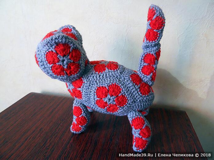 Вязаный кот из «африканских» мотивов