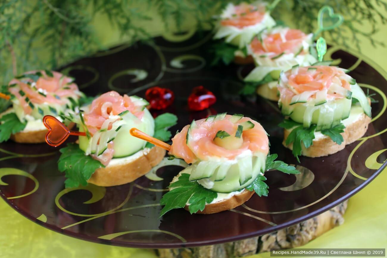Бутерброды-розочки с красной рыбой и огурцом для праздничного стола