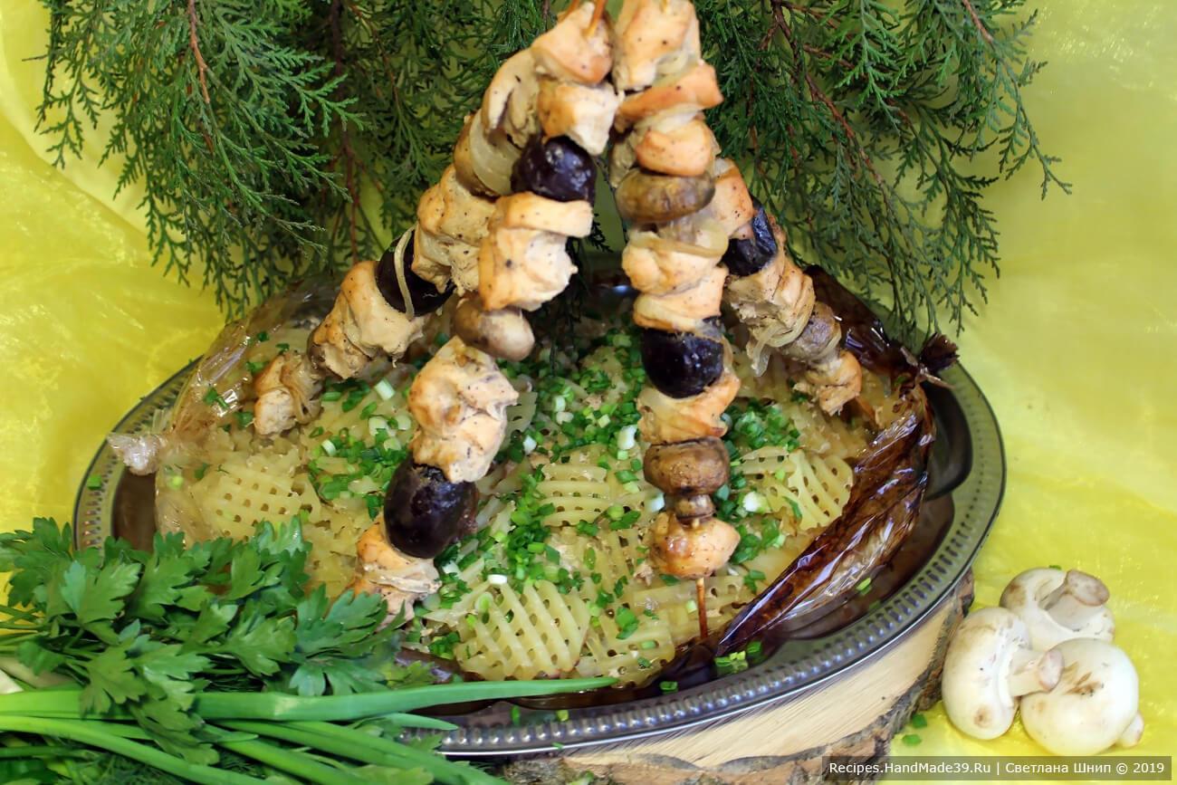 Куриный шашлык с грибами, запечённый в рукаве с картофелем
