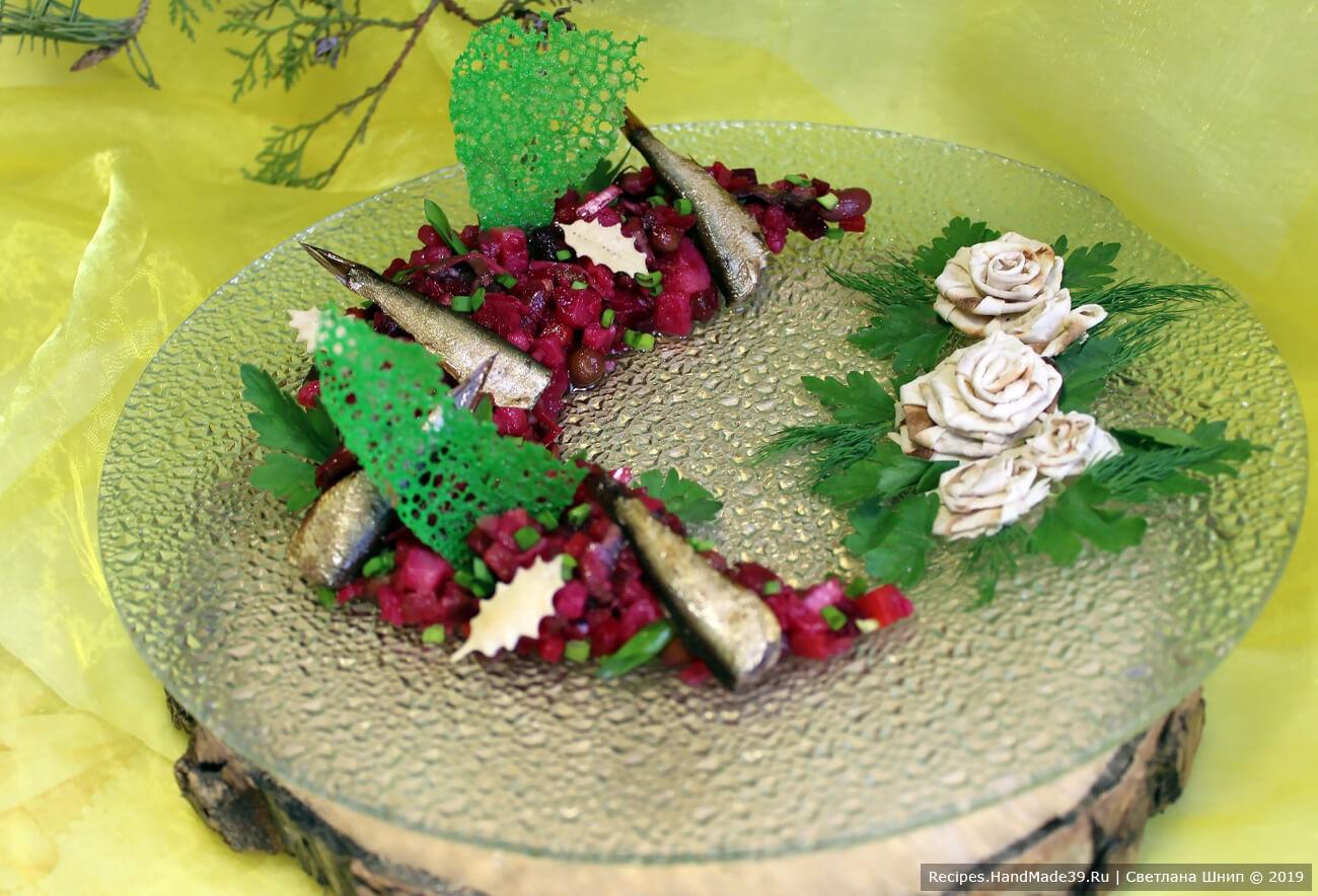 Винегрет с грибами, шпротами и цветными кружевными чипсами