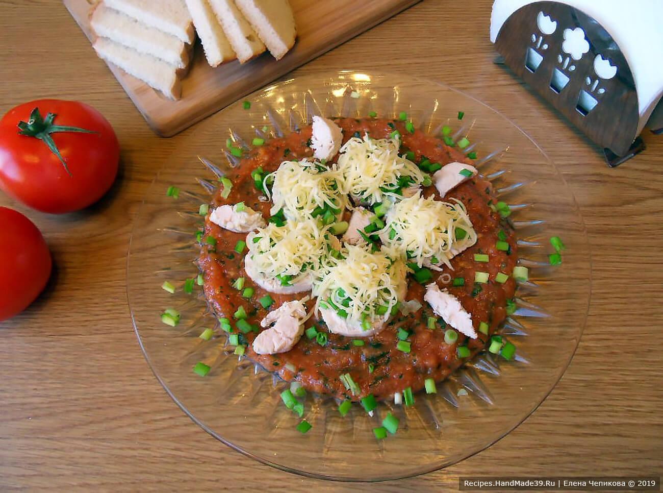 Шведский салат с курицей и сыром на томатной подушке