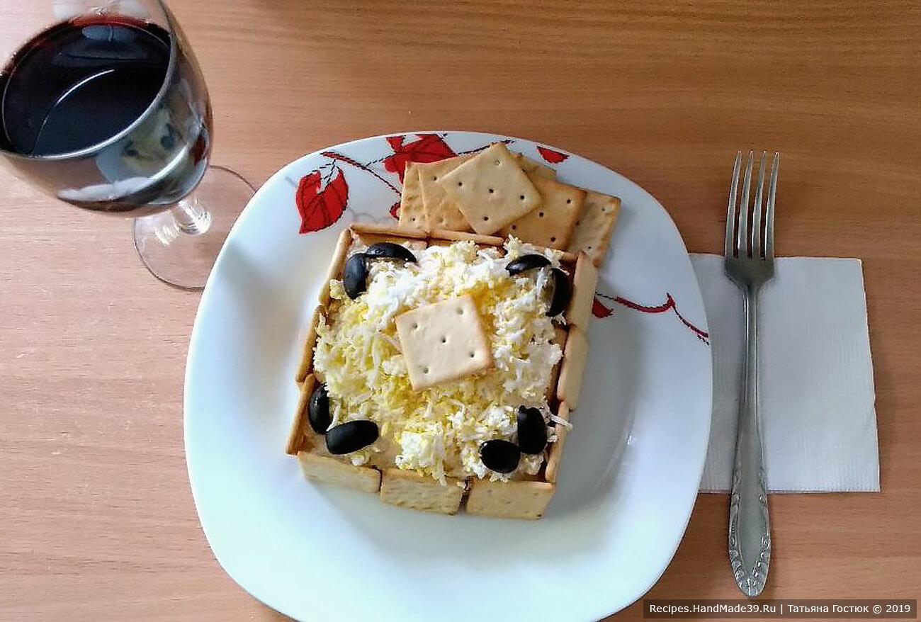 Закусочный торт-салат с тунцом, сыром и крекерами