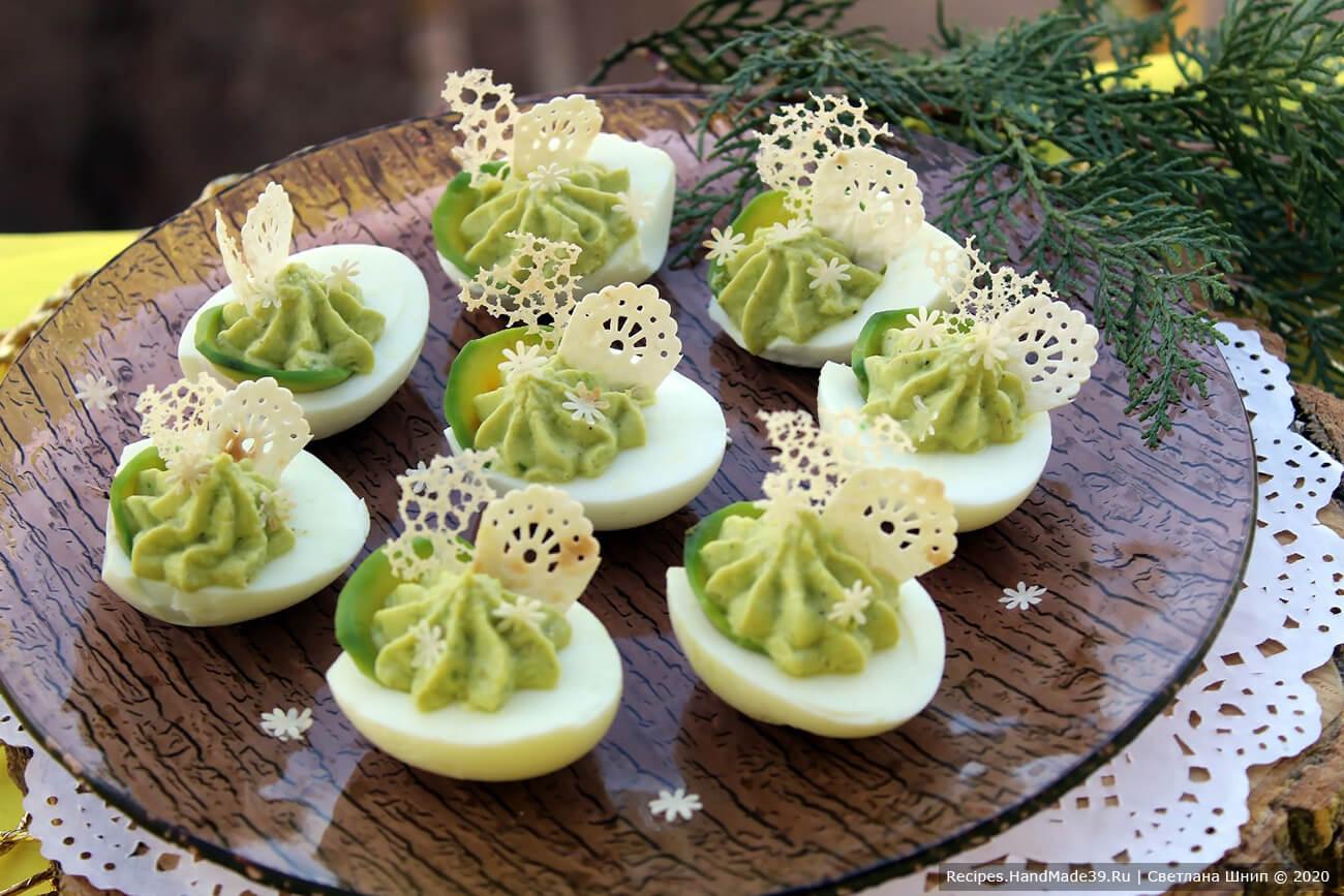 Яйца, фаршированные авокадо с кружевными чипсами – пошаговый рецепт с фото