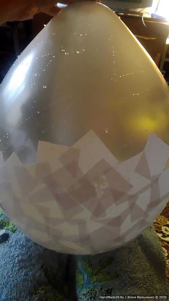 Переворачиваем шар узким основанием и ставим на колени (постелите на колени пелёнку, например). Бумагу заранее положите в воду, чтобы она пропиталась, и параллельно заварите клейстер