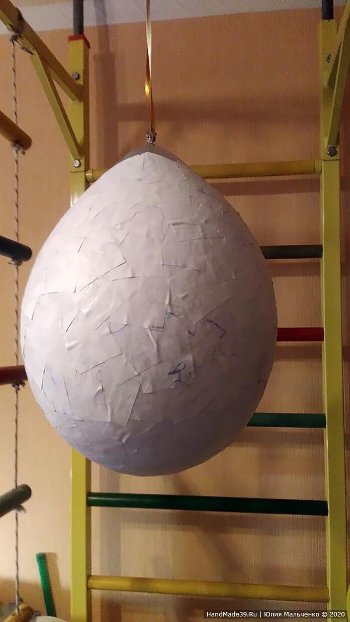 Рукой промазываем часть яйца и накладываем бумагу. Сверху по наклеенной бумаге тоже промазываем клеем. После каждого полностью сделанного слоя яйцо нужно подвешивать, чтобы оно высыхало
