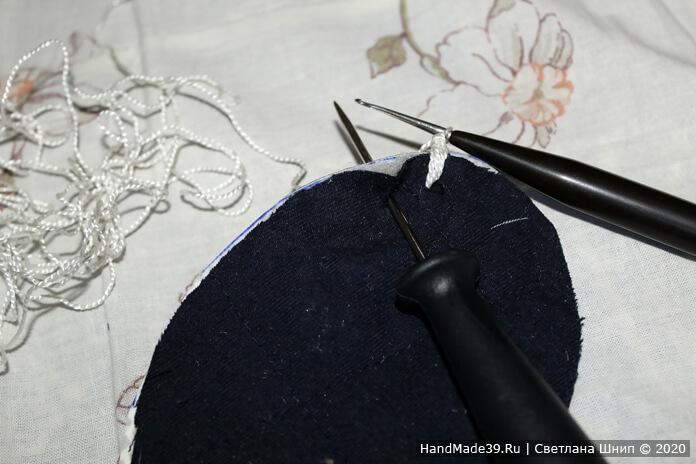 Обвязать подошву (линолеум, поролон, ткань) капроновой или любой синтетической нитью. Сделать петельку на нитке, ввести крючок с лицевой стороны заготовки и вытянуть петлю