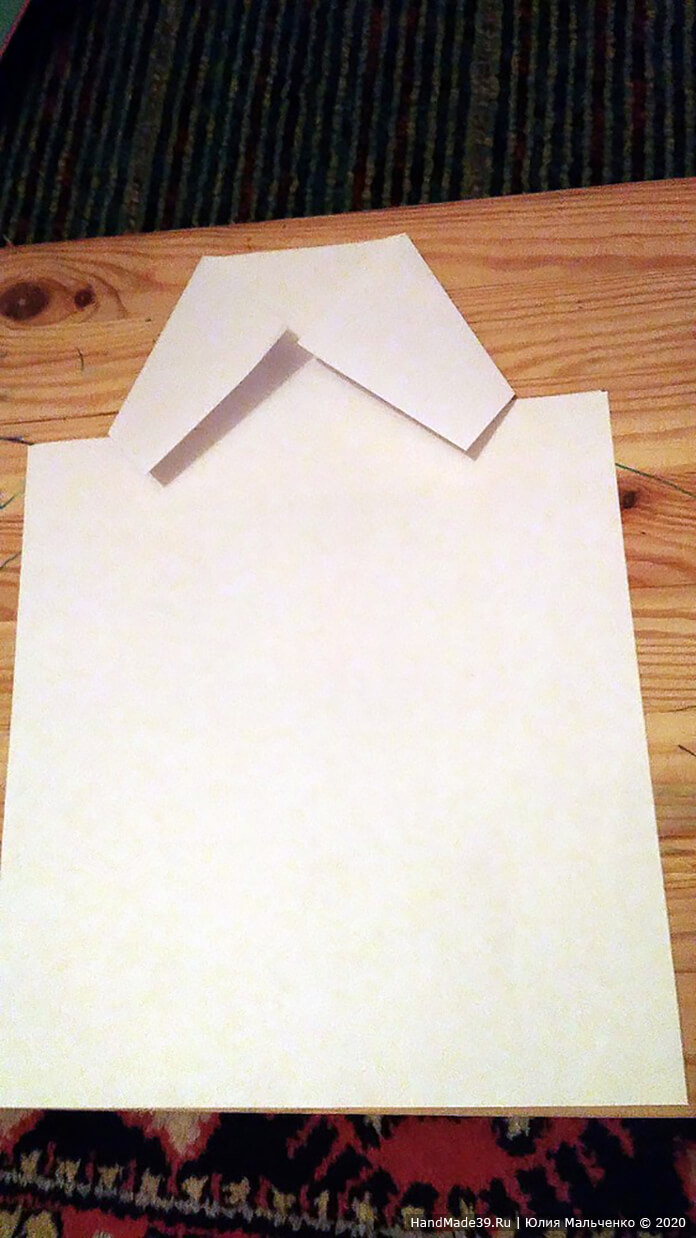 Берём белый лист и сверху с обеих сторон отмеряем 7 см и делаем надрез