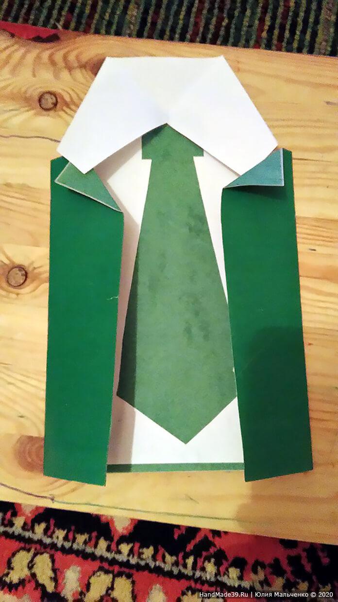 Делаем мундир: берём зелёный картон и края загибаем к середине так, чтобы между ними было расстояние минимум 3 сантиметра