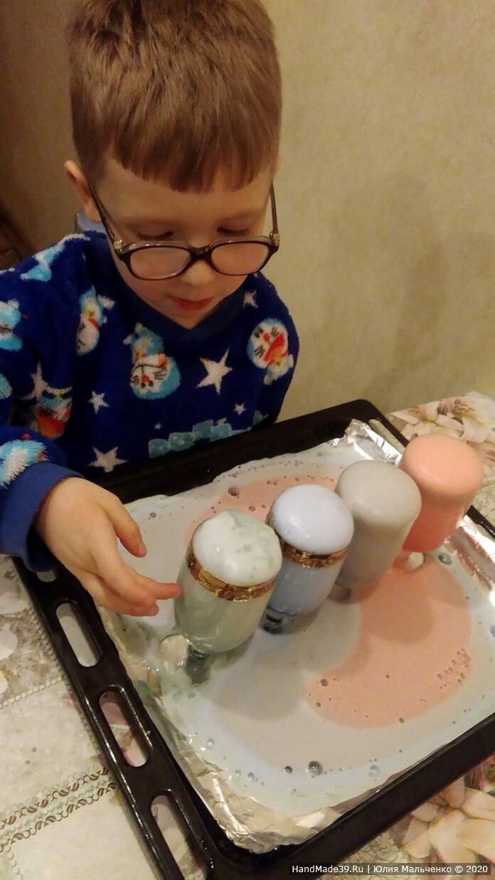 Химические опыты для детей. Вулкан из цветной пены. Мы добавляли меньше соды (1 ч. л.) и моющего средства, поэтому наша пена получилась редкой. Реакция длится около минуты