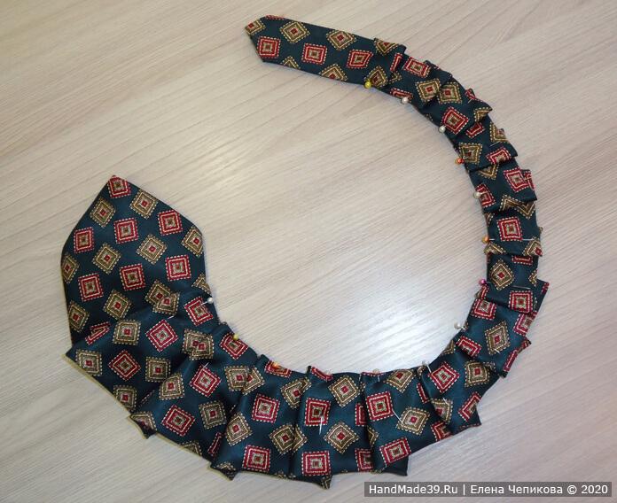 Как сшить украшение на шею из мужского галстука, этап 2