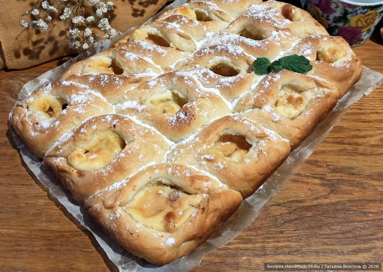 Дрожжевые булочки с творожной начинкой, изюмом в сметанной заливке со сгущёнкой – пошаговый рецепт с фото