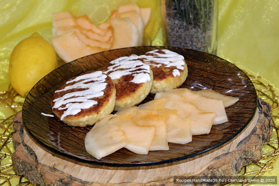 Пышные сырники из творога с манкой и фруктами – пошаговый рецепт с фото