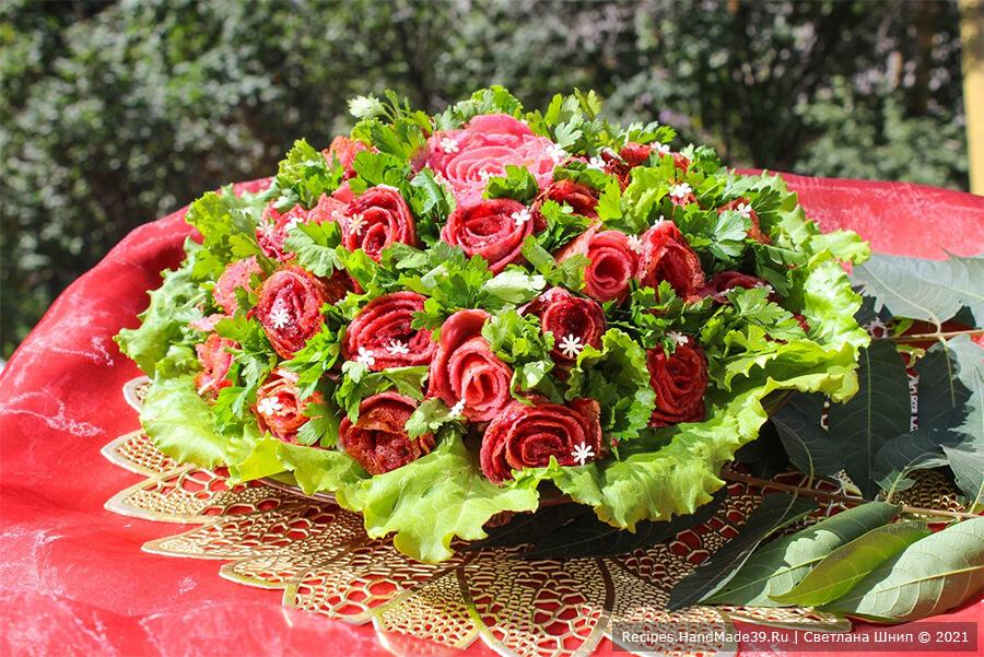 Слоёный салат с блинами «Букет роз»
